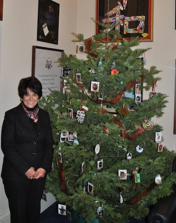 Post image for Spotted: Decorating Anna Eshoo's Christmas Tree
