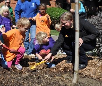 Menlo Park celebrates Arbor Day with tree planting