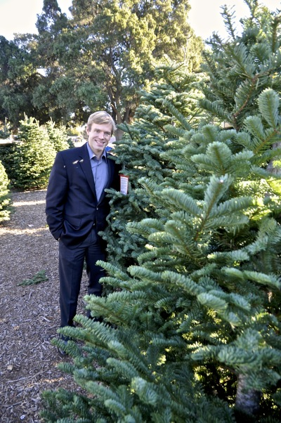 Post image for Visiting with Menlo Park Kiwanis Club president John Martin at the organization's Christmas tree lot
