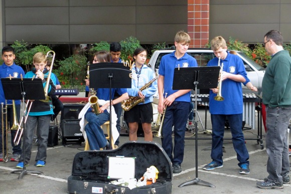 Post image for Spotted: Hillview Jazz Band getting ready to play at Menlo Park Farmers' Market