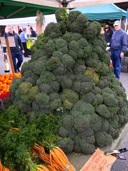 Post image for Spotted: Broccoli pyramid at Menlo Park Farmers Market