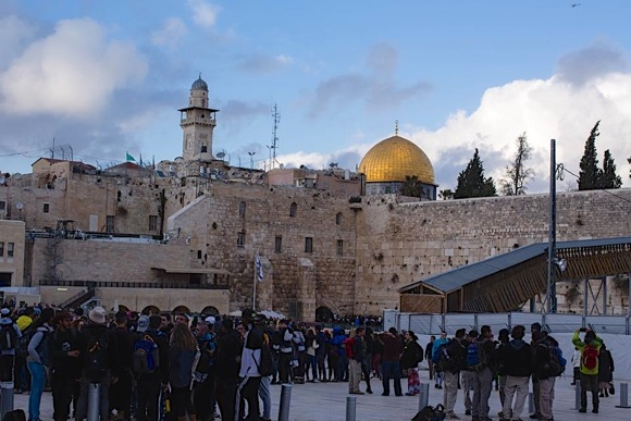 High school trip to Israel leads Menlo Park native to ponder the differences between living there and here