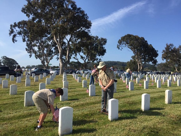 Post image for Boy Scout Troop 222 from Menlo Park distributes American flags at Golden Gate National Cemetery