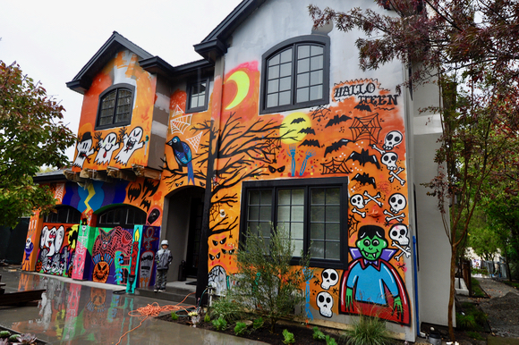 Post image for A salute to Menlo Park's most Halloweeny house