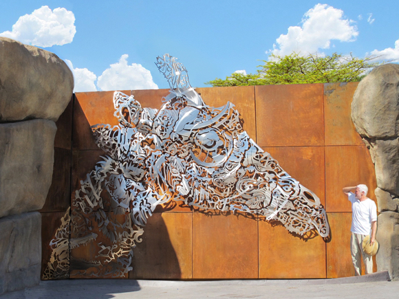 Post image for Sculptor Roger Stoller's giraffe installed at El Paso Zoo