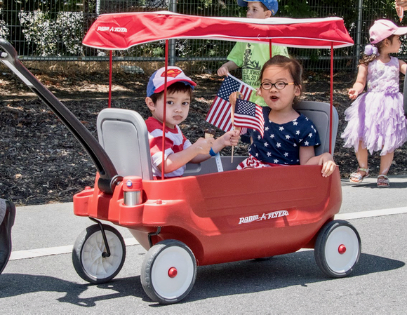 Post image for Youngsters get in the 4th of July spirit by parading in Menlo Park