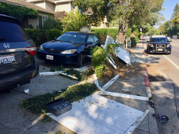 Post image for Spotted: Car ends up in front yard of Alameda de las Pulgas house