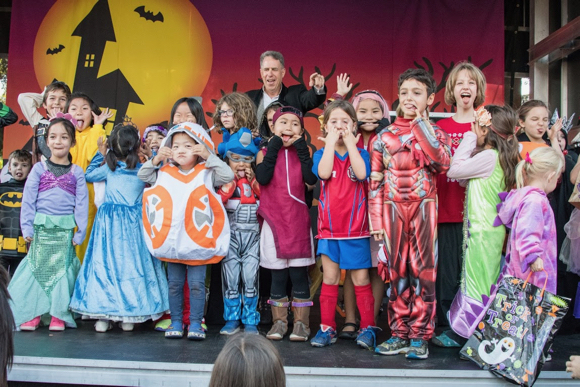 Post image for Spotted: Magician Marshall Magoon delighting kids at Halloween Hoopla