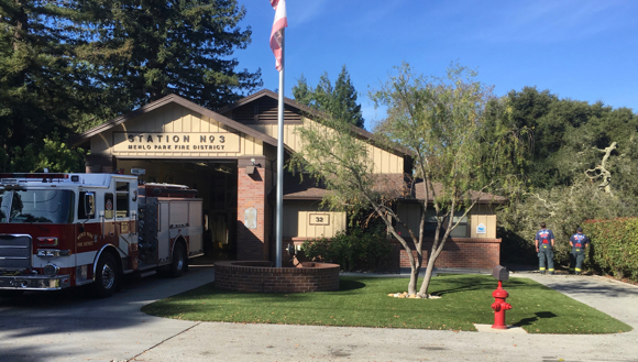 Post image for 100-year-old oak topples, narrowly missing Menlo Park Fire District Station 3
