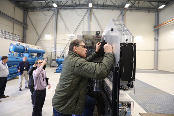 Secretary of Energy Rick Perry visits SLAC in Menlo Park, tours site of X-ray laser upgrade