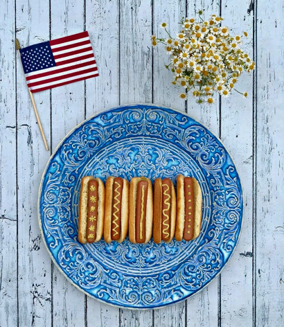 Post image for Playful patterned platter of hot dogs – Memorial Day BBQ