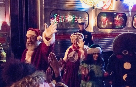 Post image for Holiday train brings Santa and Mrs. Claus to Menlo Park