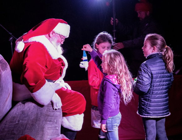 Post image for Menlo Park residents get in the holiday spirit with tree lighting festivities
