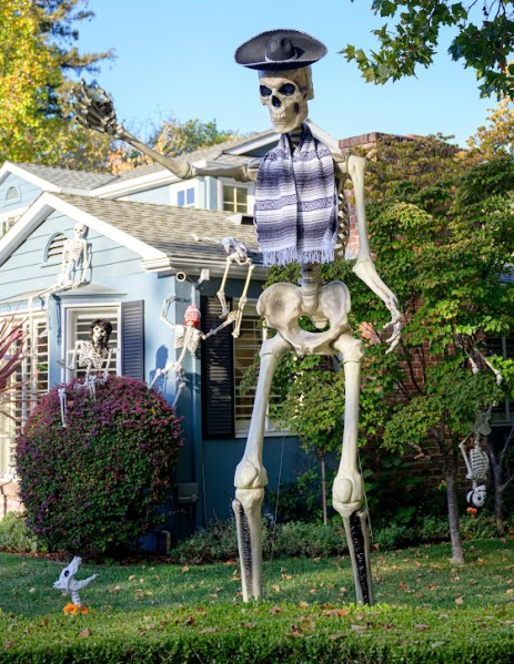 Spotted: Giant skeleton in downtown Menlo Park